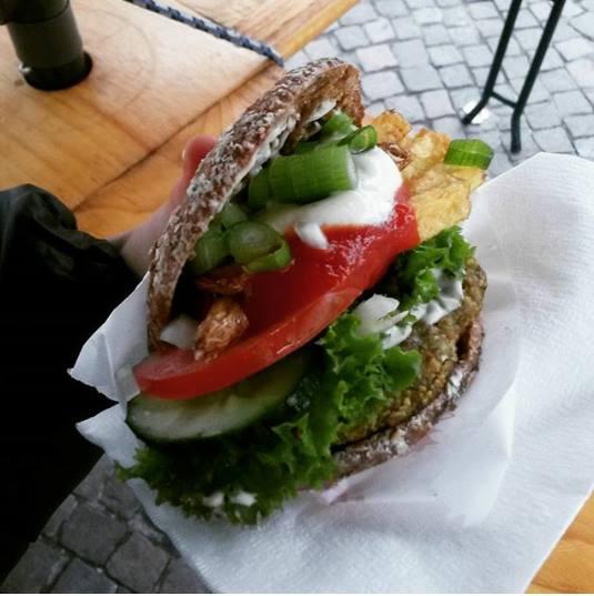 laura.bibu falafelburger